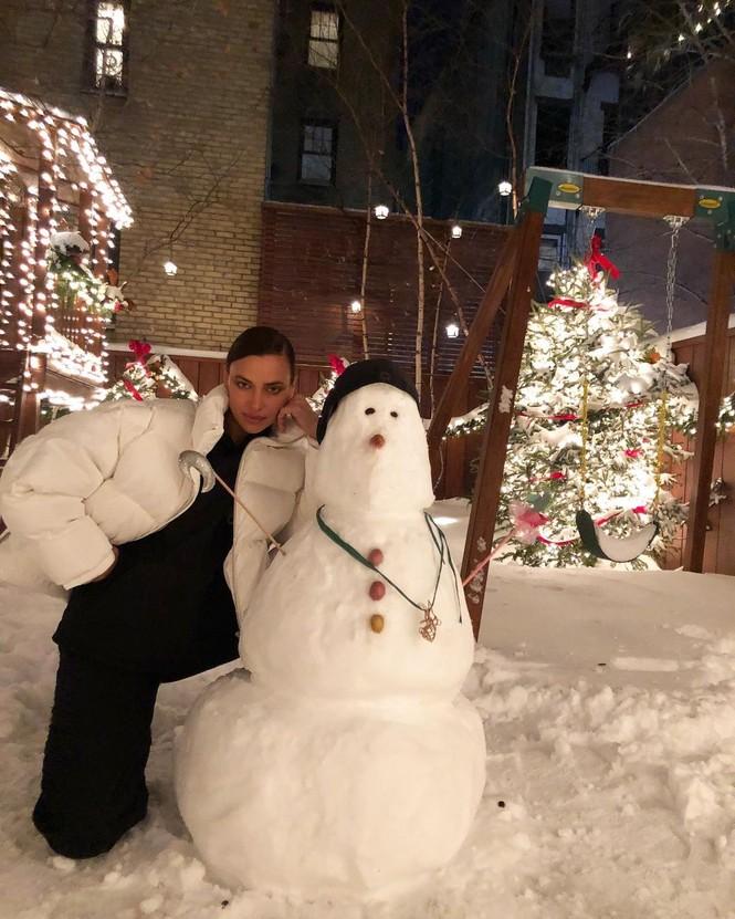 Chị em nhà Kim Kardashian mặc bốc lửa đón Noel - ảnh 11