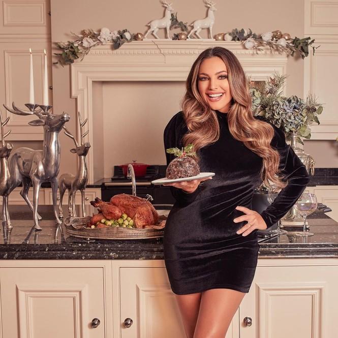 Chị em nhà Kim Kardashian mặc bốc lửa đón Noel - ảnh 6