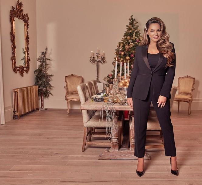 Chị em nhà Kim Kardashian mặc bốc lửa đón Noel - ảnh 7