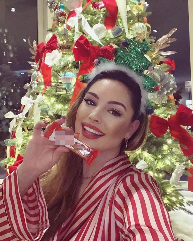 Chị em nhà Kim Kardashian mặc bốc lửa đón Noel - ảnh 9
