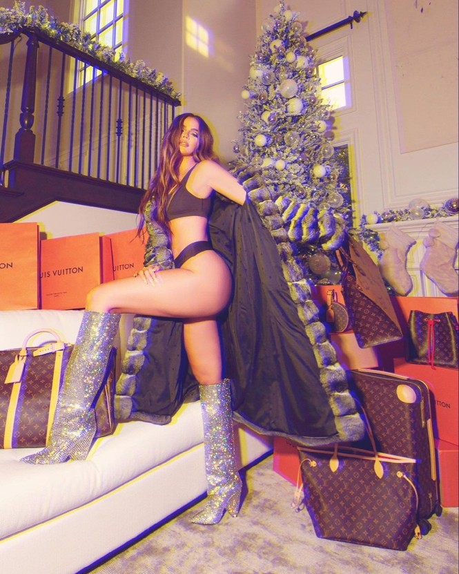 Chị em nhà Kim Kardashian mặc bốc lửa đón Noel - ảnh 4