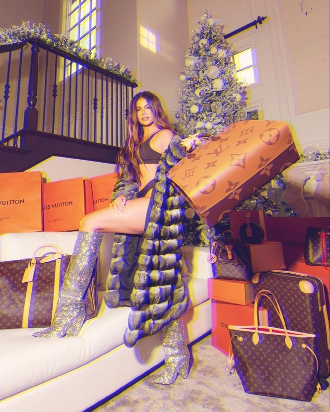 Chị em nhà Kim Kardashian mặc bốc lửa đón Noel - ảnh 5