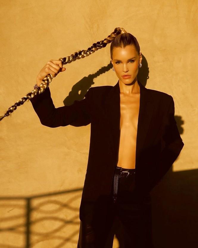 Ngắm đường cong 'nảy lửa' của siêu mẫu tóc vàng Joy Corrigan - ảnh 3