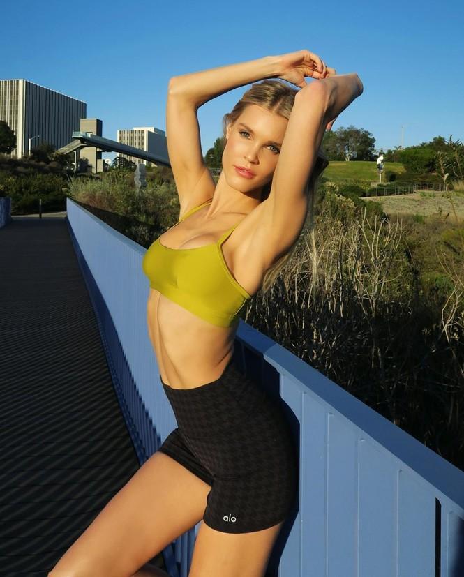 Ngắm đường cong 'nảy lửa' của siêu mẫu tóc vàng Joy Corrigan - ảnh 6