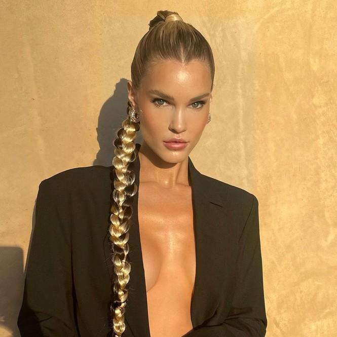 Ngắm đường cong 'nảy lửa' của siêu mẫu tóc vàng Joy Corrigan - ảnh 1
