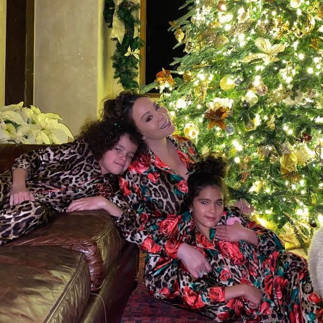 Dàn người đẹp nô nức khoe ảnh gợi cảm, quây quần bên gia đình đón Giáng sinh - ảnh 2