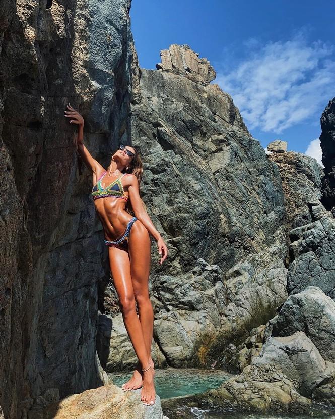 Siêu mẫu Izabel Goulart diện bikini tôn dáng rực lửa - ảnh 1