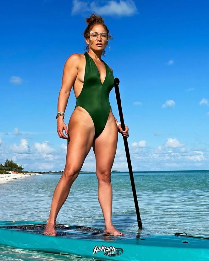 Dạo biển cùng bạn trai, Jennifer Lopez thả dáng rực lửa tuổi 51 - ảnh 11