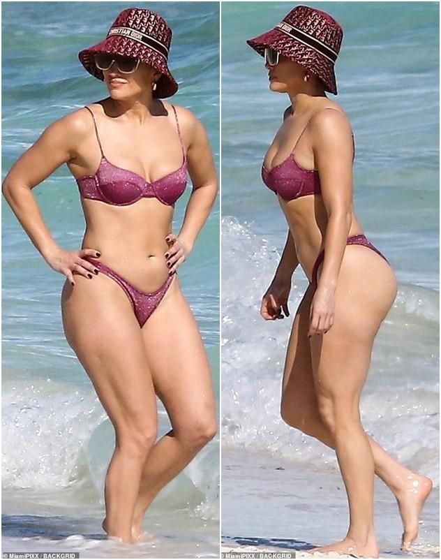 Dạo biển cùng bạn trai, Jennifer Lopez thả dáng rực lửa tuổi 51 - ảnh 4