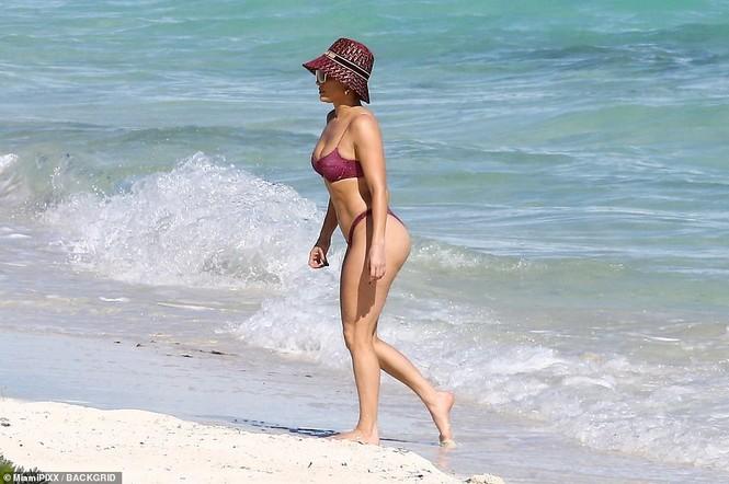 Dạo biển cùng bạn trai, Jennifer Lopez thả dáng rực lửa tuổi 51 - ảnh 5