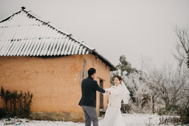 Cặp đôi chụp ảnh cưới lãng mạn giữa tuyết trắng ở Y Tý - ảnh 1