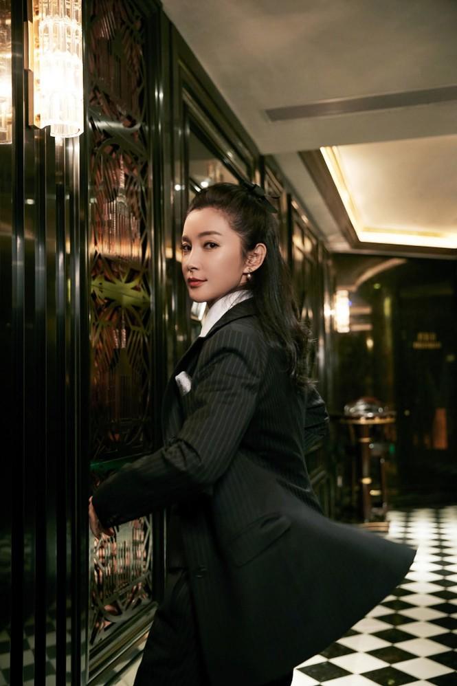 'Đả nữ' Lý Băng Băng mặc gợi cảm trẻ trung dù sắp 50 tuổi - ảnh 20