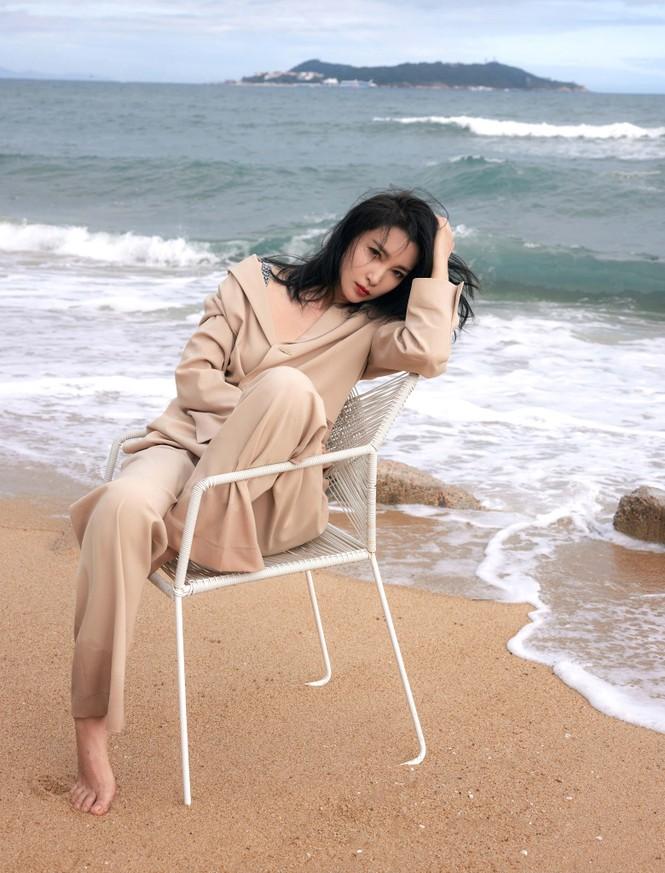 'Đả nữ' Lý Băng Băng mặc gợi cảm trẻ trung dù sắp 50 tuổi - ảnh 4