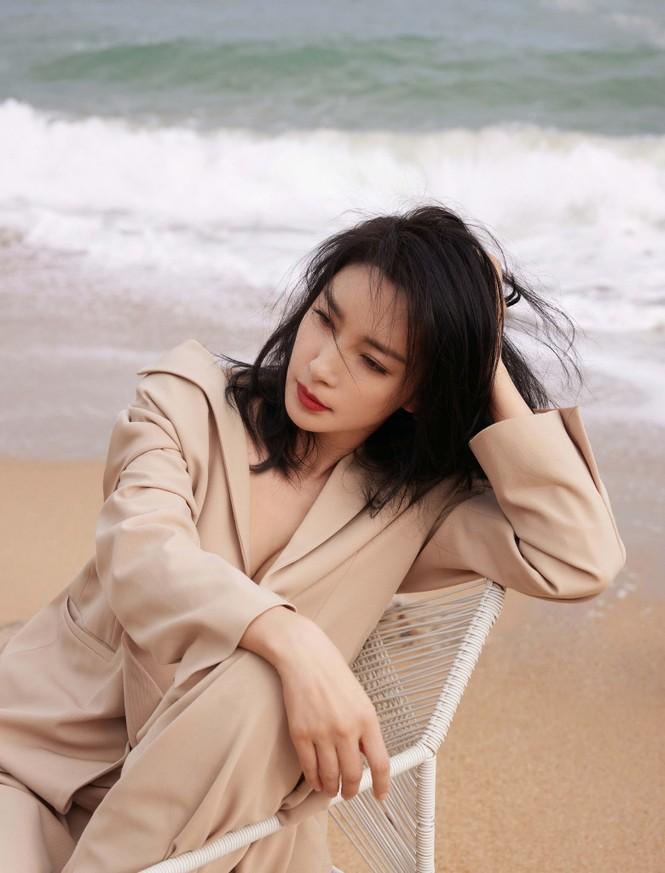 'Đả nữ' Lý Băng Băng mặc gợi cảm trẻ trung dù sắp 50 tuổi - ảnh 5