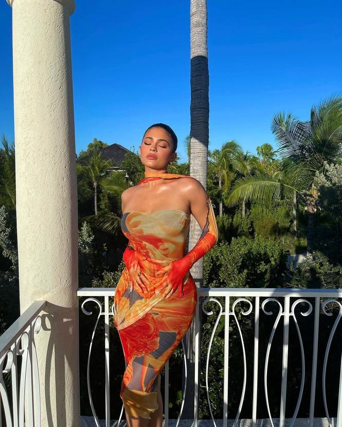 Cô út tỉ phú Kylie Jenner thả dáng 'gái một con' bốc lửa - ảnh 2