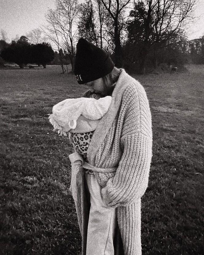 Gigi Hadid quyến rũ hút hồn khi tái xuất làng mốt sau 10 tuần sinh con - ảnh 10