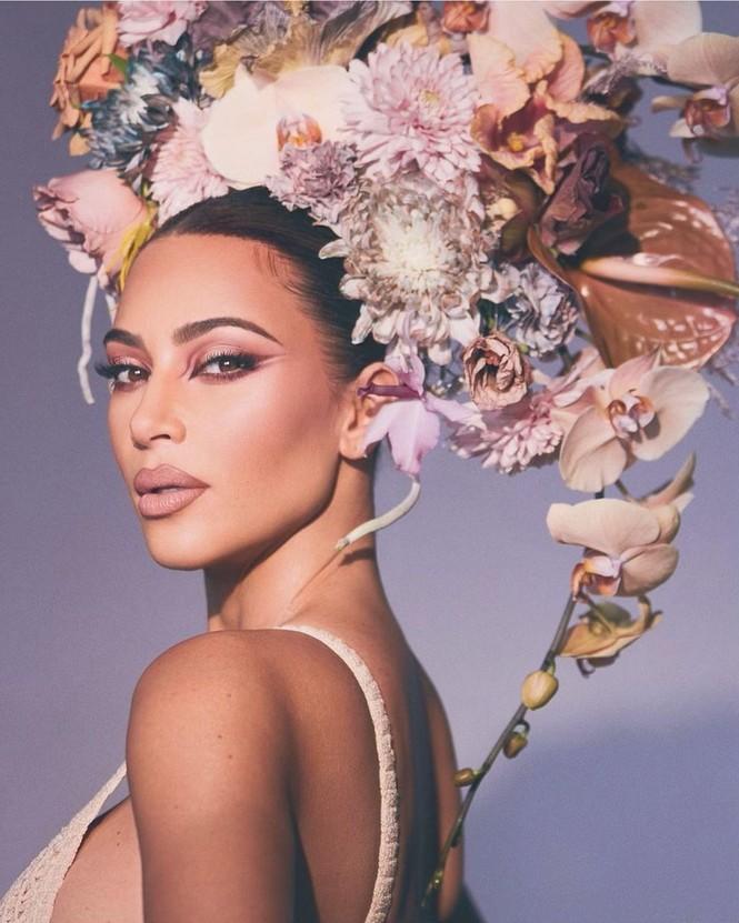 Kim Kardashian như nữ thần gợi cảm với vương miện hoa cỡ lớn - ảnh 3