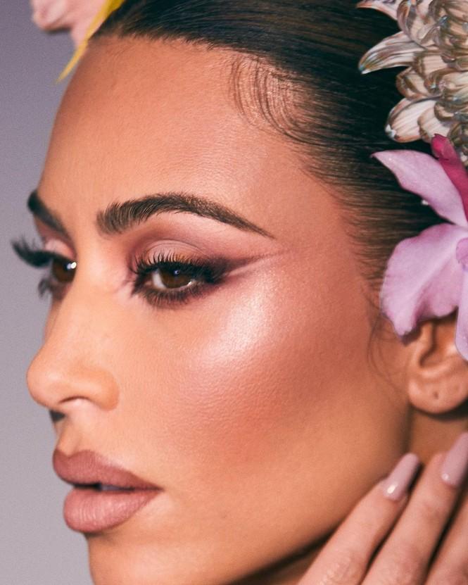 Kim Kardashian như nữ thần gợi cảm với vương miện hoa cỡ lớn - ảnh 6