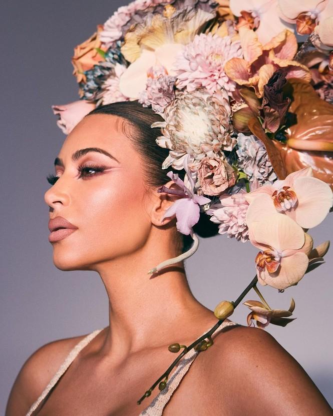 Kim Kardashian như nữ thần gợi cảm với vương miện hoa cỡ lớn - ảnh 4