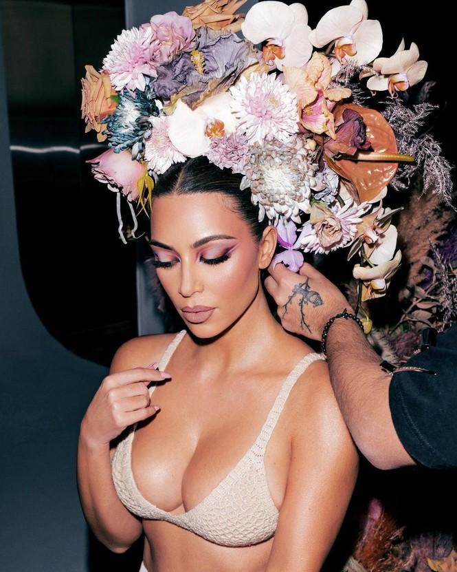 Kim Kardashian như nữ thần gợi cảm với vương miện hoa cỡ lớn - ảnh 8
