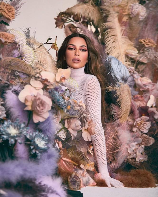 Kim Kardashian như nữ thần gợi cảm với vương miện hoa cỡ lớn - ảnh 2