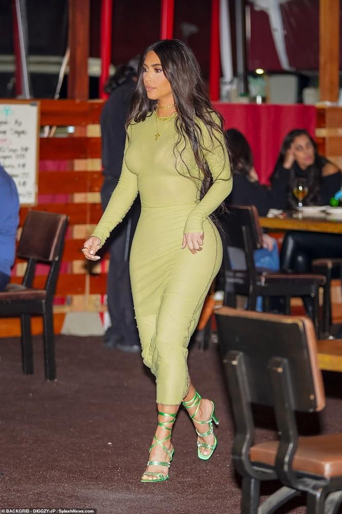 Mỹ nhân độc thân quyến rũ Kim Kardashian lần đầu lộ diện sau ly hôn - ảnh 5