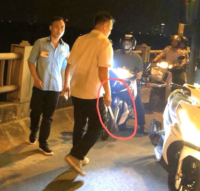 Đình chỉ tài xế, phụ xe buýt đánh người trên cầu Vĩnh Tuy - ảnh 1