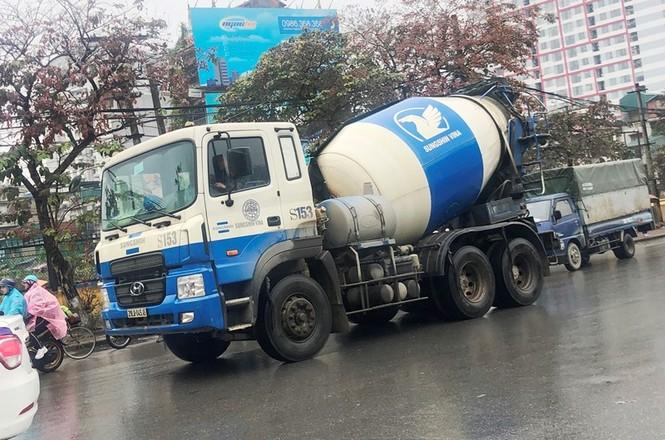 Xe chở vật liệu đi giờ cấm 'xả' bùn đất gây bụi nhiều tuyến phố  - ảnh 4