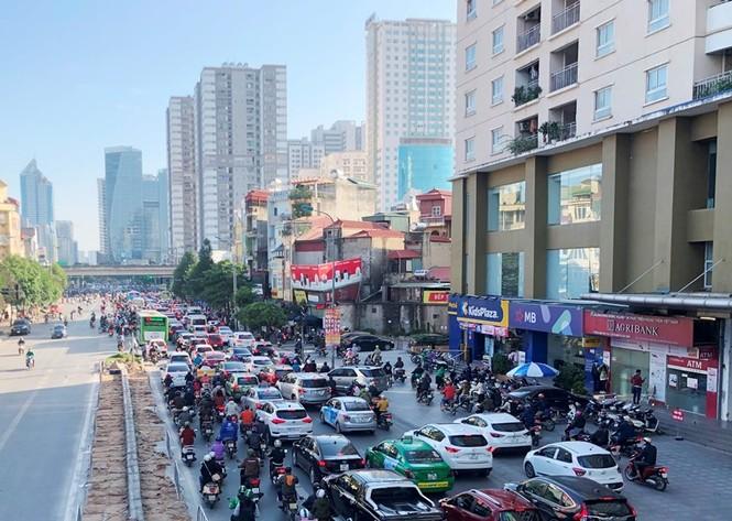 Cận cảnh cao ốc 'nhấn chìm' con đường BT Hà Nội - ảnh 1