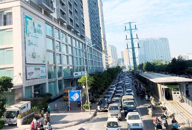 Cận cảnh cao ốc 'nhấn chìm' con đường BT Hà Nội - ảnh 2