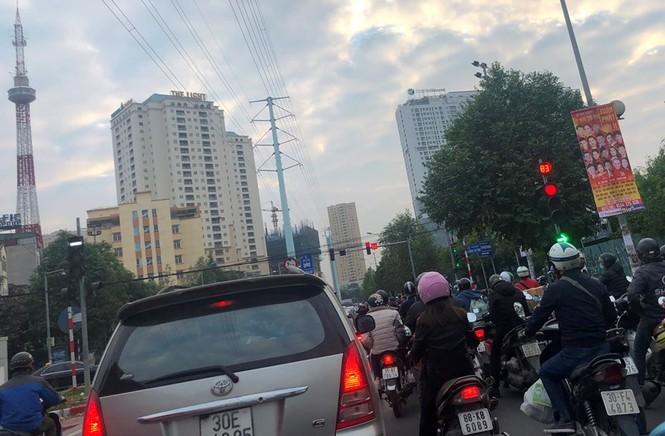 Cận cảnh cao ốc 'nhấn chìm' con đường BT Hà Nội - ảnh 4