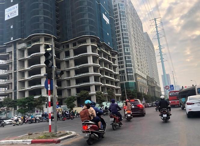Cận cảnh cao ốc 'nhấn chìm' con đường BT Hà Nội - ảnh 6