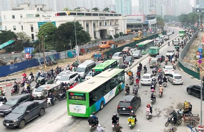 Phân luồng phương tiện qua công trường hầm chui Lê Văn Lương ra sao? - ảnh 3