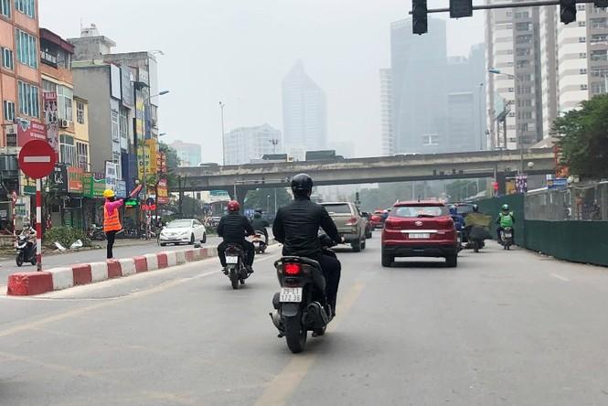 Phân luồng phương tiện qua công trường hầm chui Lê Văn Lương ra sao? - ảnh 9