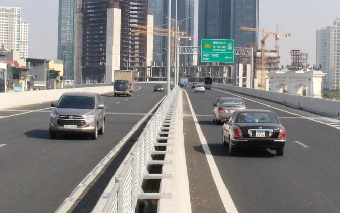 Cầu Thăng Long tắc kéo dài, đường trên cao thiếu điểm lên xuống - ảnh 1