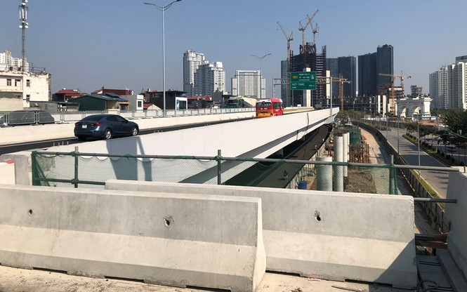 Cầu Thăng Long tắc kéo dài, đường trên cao thiếu điểm lên xuống - ảnh 9
