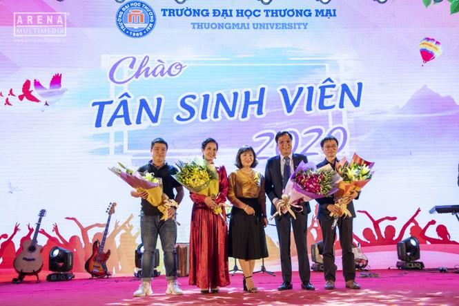 """NSND Lan Hương và NSND Trọng Trinh bị tân sinh viên """"chất vấn"""" về tình yêu - ảnh 1"""