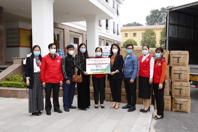 Tặng hơn 10.000 bộ quần áo phòng dịch cho các điểm nóng COVID-19 tại Hải Dương và Quảng Ninh - ảnh 1