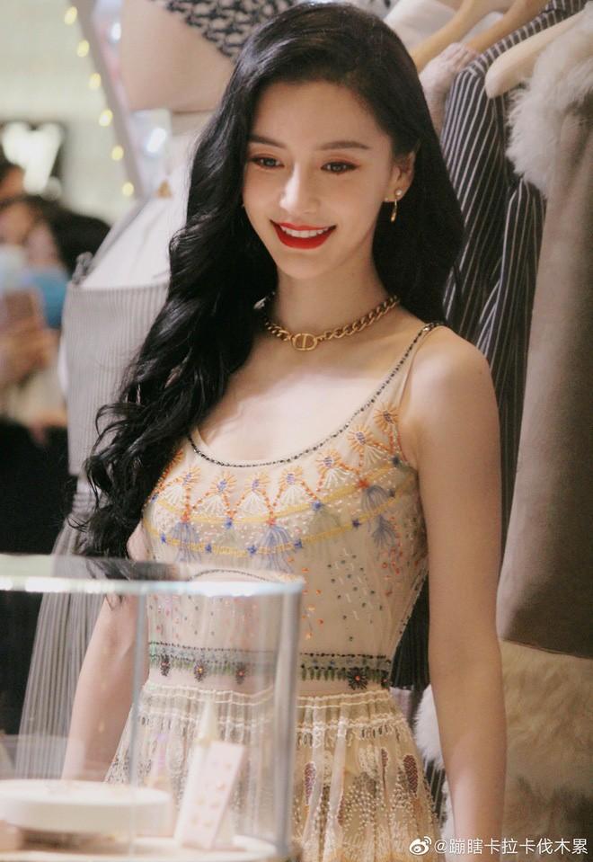 """Mỹ nhân phim cổ trang Trung Quốc mặc váy quyến rũ hút mắt bất chấp ảnh """"chụp lén"""", fan ngất ngây - Ảnh 2."""