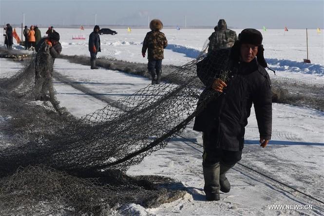 Độc đáo lễ hội khoan băng bắt cá ở Trung Quốc - ảnh 5