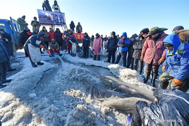 Độc đáo lễ hội khoan băng bắt cá ở Trung Quốc - ảnh 6
