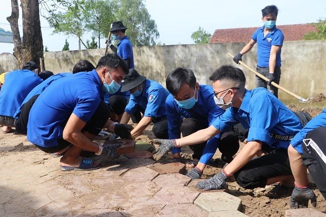 150 Sinh viên Nghệ An hỗ trợ nhân dân Hà Tĩnh khắc phục hậu quả sau mưa lũ - ảnh 2