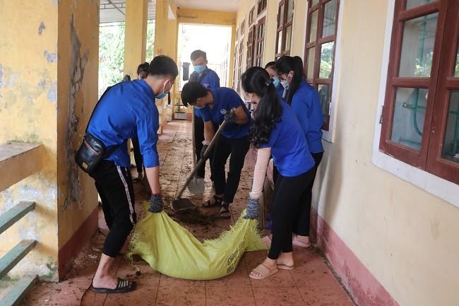 150 Sinh viên Nghệ An hỗ trợ nhân dân Hà Tĩnh khắc phục hậu quả sau mưa lũ - ảnh 4
