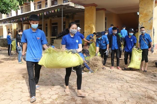 150 Sinh viên Nghệ An hỗ trợ nhân dân Hà Tĩnh khắc phục hậu quả sau mưa lũ - ảnh 5