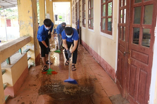150 Sinh viên Nghệ An hỗ trợ nhân dân Hà Tĩnh khắc phục hậu quả sau mưa lũ - ảnh 6