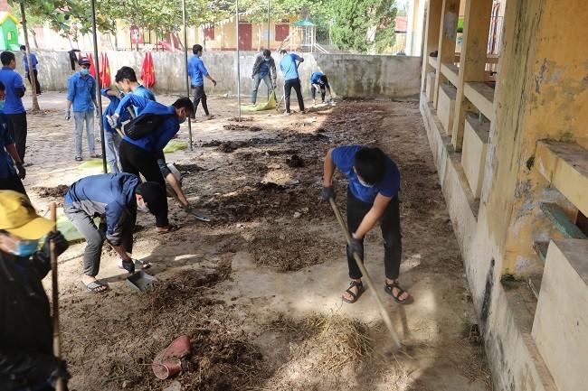 150 Sinh viên Nghệ An hỗ trợ nhân dân Hà Tĩnh khắc phục hậu quả sau mưa lũ - ảnh 3