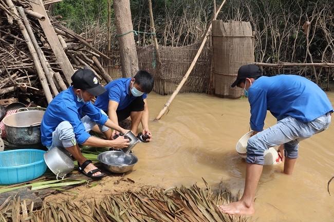 150 Sinh viên Nghệ An hỗ trợ nhân dân Hà Tĩnh khắc phục hậu quả sau mưa lũ - ảnh 11