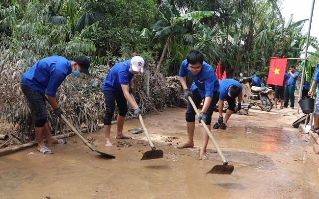 150 Sinh viên Nghệ An hỗ trợ nhân dân Hà Tĩnh khắc phục hậu quả sau mưa lũ - ảnh 8