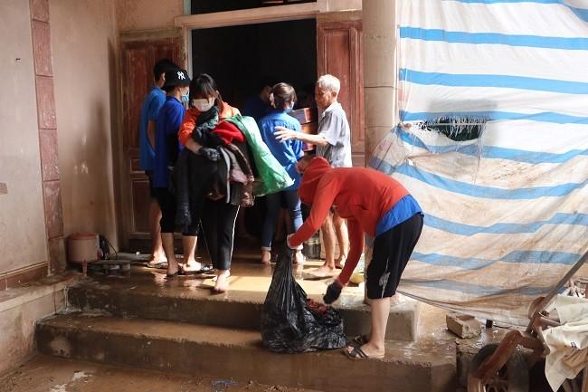 150 Sinh viên Nghệ An hỗ trợ nhân dân Hà Tĩnh khắc phục hậu quả sau mưa lũ - ảnh 10