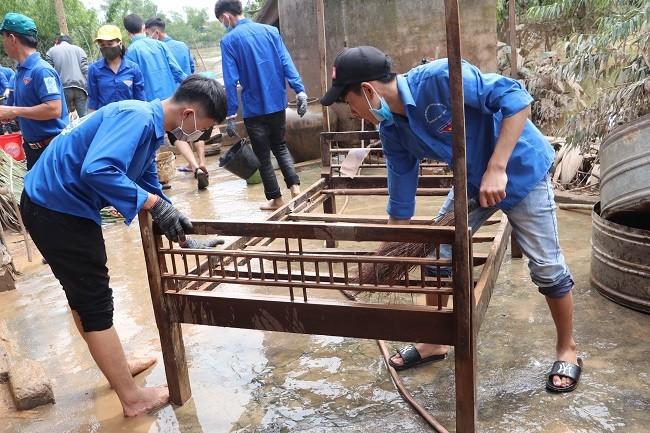 150 Sinh viên Nghệ An hỗ trợ nhân dân Hà Tĩnh khắc phục hậu quả sau mưa lũ - ảnh 9
